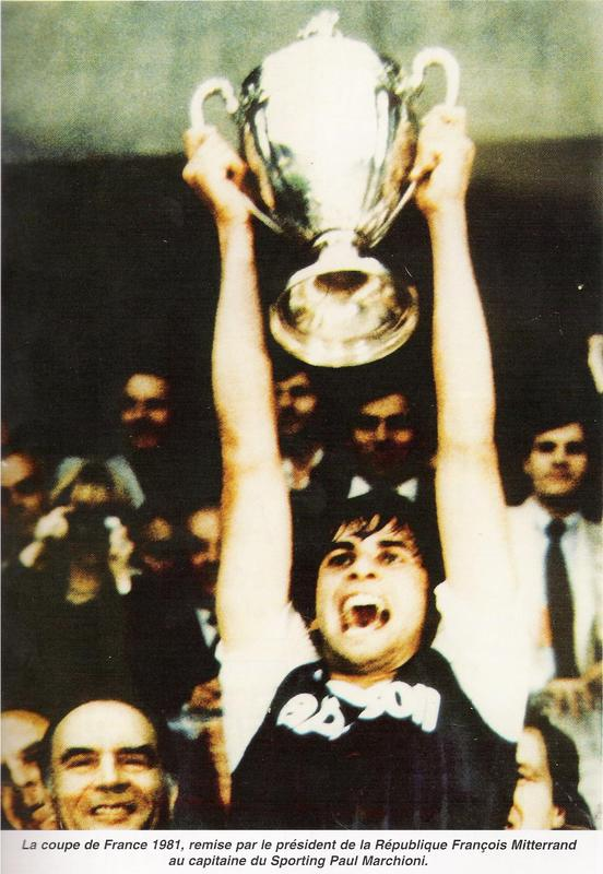 Paul Marchioni soulevant la Coupe de France en 1981.
