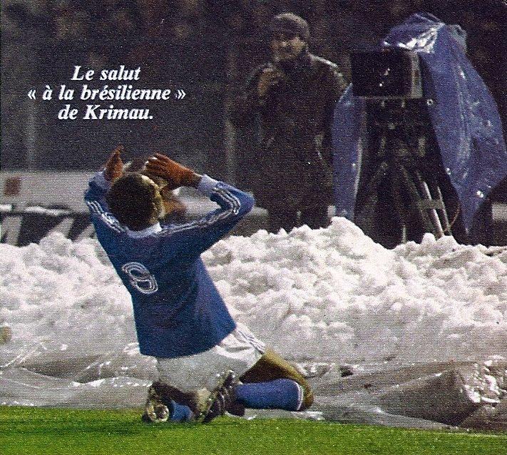 Krimau célébrant son but face à la tribune occupée par les 15 000 supporters Corses lors du match Torino - Bastia.
